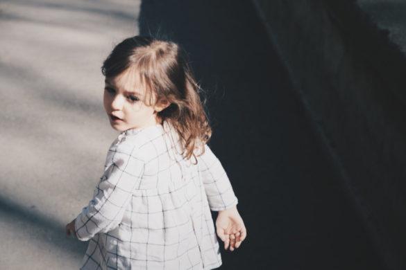 dziecko idzie do żłobka, do przedszkola